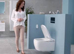 Dùng vòi rửa so với dùng giấy vệ sinh dưới góc nhìn khoa học