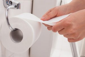 Dùng giấy vệ sinh sau khi đi tiểu